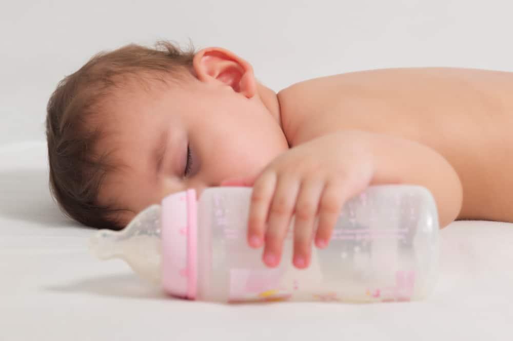 Semne ca sugarul nu este satul cu laptele de mama si are nevoie de supliment de lapte praf
